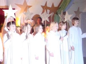Yori (1.v.l.) und die Sternjungen, der männliche Teil des Gefolges