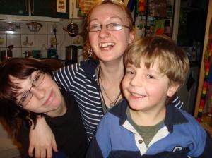 Das Geburtstagskind (Mitte) mit 2 ihrer Geschwister